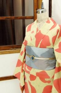 クリーム色とストロベリーピンクの花とジラフパターンモダンな正絹袷着物