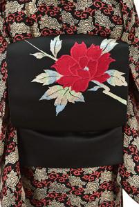 ノーブルブラックにアザレレッドの大輪の花枝美しい開き名古屋帯
