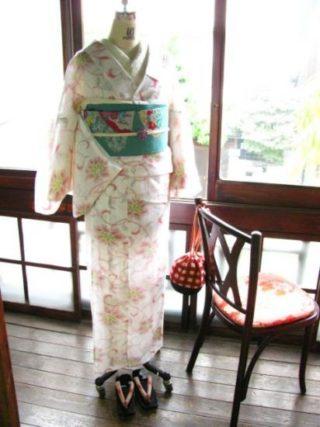 *着物コーディ*白地に花唐草模様がロマンチックな着物 に浅葱色地に秋の草花が美しい絽の帯を合わせて♪
