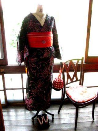 *着物コーディ*黒地に繊細な花弁の赤い花と愛らしいグリーンの小花が散らされた浴衣を赤×黒の半幅で☆