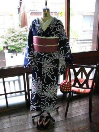 *着物コーディ*紺地に繊細な花びらの大きな花が咲くレトロ浴衣のオーキッドピンクの半幅を合わせて