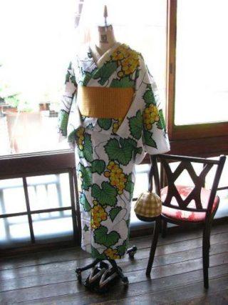 *着物コーディ*黄色いブドウの果実と蔦葉がレトロな浴衣に山吹色の半幅を合わせて♪