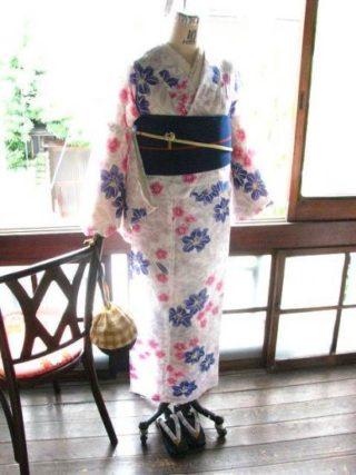 *着物コーディ*白地に百合や撫子、桔梗が涼やかに咲く浴衣に紺青地に朱色のストライプと桜モチーフの半幅帯を合わせて♪