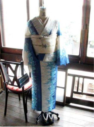 *着物コーディ*青と水色の草花のデザインが大胆にエレガントな絽の夏着物に白の袋帯を変わり結びで♪