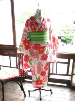 *着物コーディ*ポピーのようなお花と麻の葉模様が愛らしいレトロ浴衣に黄緑色が美しい独鈷柄の単帯を合わせて