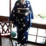 *着物コーディ*紺地に雪降る様な水玉模様がレトロモダンな浴衣に手編みレースでデコレーションした黒呂帯を合わせて。