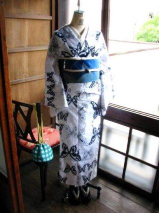 *着物コーディ*白地に紺 二色のコントラストが潔い蝶々の浴衣にオーロラカラーの蝶が舞う名古屋帯をデカ文庫で合わせて♪