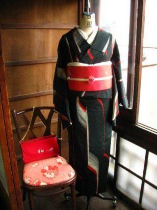 *着物コーディ*黒赤単お召しに赤い付け帯を合わせてモダンガールコーディ