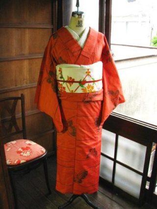 *着物コーディ*正絹紬~蝶々の単着物に白地唐草花染めの名古屋帯を合わせて♪