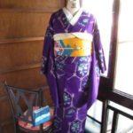 *着物コーディ*紫色に愛らしい梅と笹が織り出された袖長のアンティーク着物にサフラン色の帯を合わせて♪