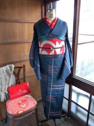 ☆着物コーディ☆モダンなストライプのお召しに赤地にシルバーのアラベスク帯を合わせて!