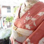 ☆着物コーディ☆薄紅色に牡丹や水仙、梅の花が美しく染め出された紋縮緬の袷着物にキラキラホワイト系帯を合わせて春の装い♪