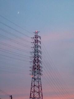 美しい空と鉄塔と三日月