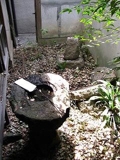長屋改装前庭手水鉢