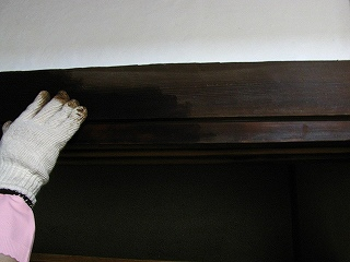 古民家棚の改装-柿渋塗っているとこ