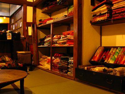 着物や帯の棚(アンティーク着物リサイクル着物のお店姉妹屋)