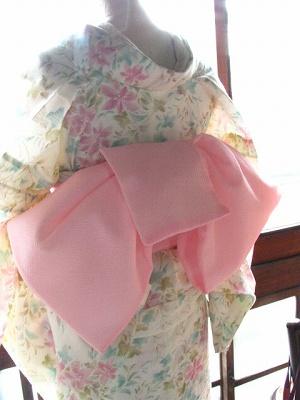 白にピンクとブルーの花の夏着物1