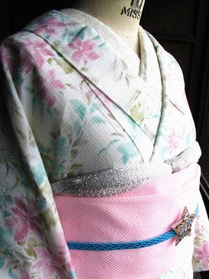 白にピンクとブルーの花の夏着物3